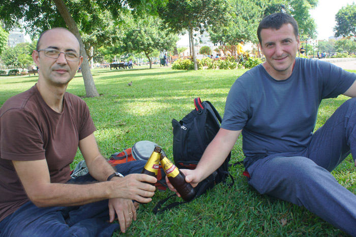 La o bere Cusquena in parcul public