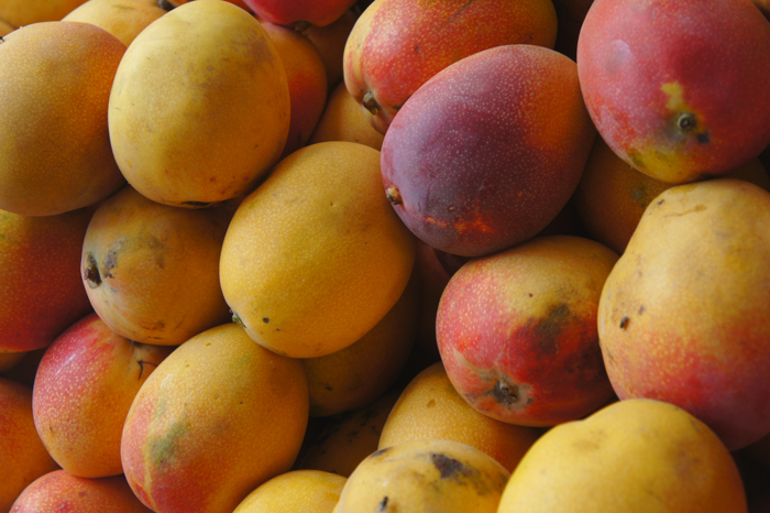 Mango in piata din Caraz
