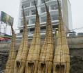 Barci de totora in asteptare
