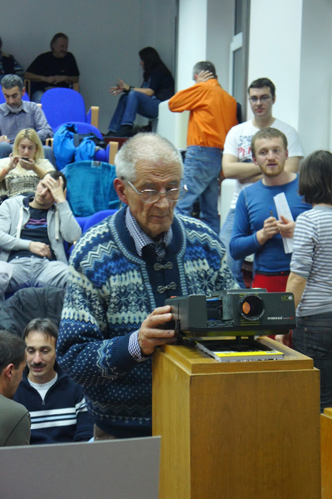 Profesorul Viehmann cu proiectorul său de diapozitive cu care a încântat dealungul anilor generații de studenți