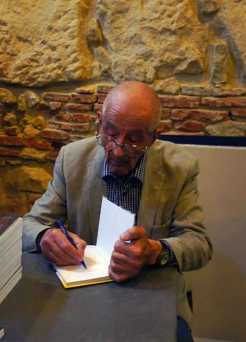 """Pepi Viehmann scriind un autograf pe cartea sa """"Abecedarul peșterii"""""""