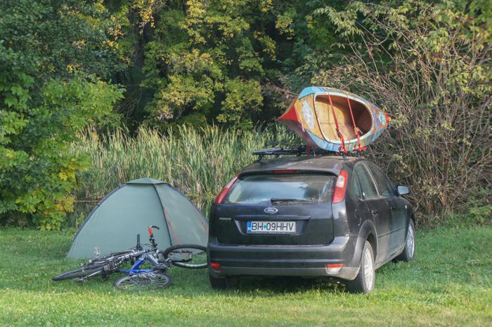 Mașină, cort, caiac, biciclete...