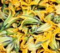 Flori de dovleac vândute în piață